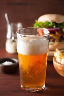 インドのペールエールビールとファーストフードのパイントグラス
