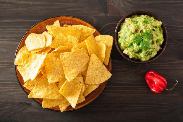 メキシコのワカモレのディップとナチョスのトルティーヤチップ