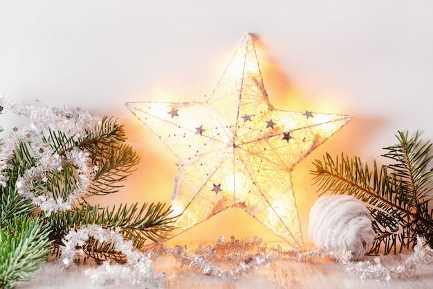 白銀のクリスマスギフトの装飾