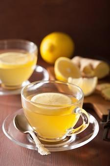 ガラスのカップで熱いレモンジンジャーティー