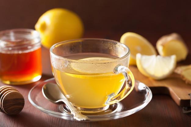 Горячий лимонно-имбирный медовый чай в стеклянной чашке
