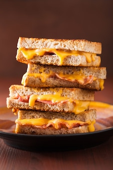 Жареный сэндвич с сыром и беконом