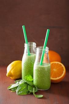 レモンオレンジと健康的なほうれん草のスムージー