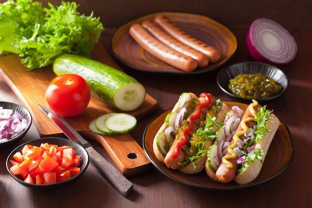 野菜ケチャップマスタードのグリルホットドッグ