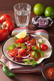 Веганские тако с авокадо, томатами, фасолью и сальсой