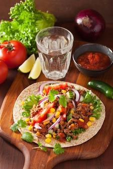 Мексиканские тако с говядиной томатная сальса с луком и кукурузой