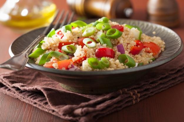 トマトきゅうりの玉ねぎと健康的なキノアサラダ