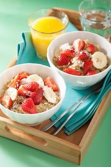 いちごバナナココナッツフレークと健康的な朝食キノア