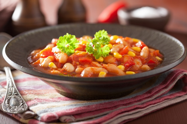 Мексиканские вегетарианские чили в тарелке
