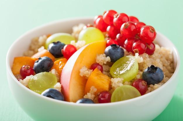 フルーツベリーネクタリンブルーベリーブドウと健康的な朝食キノア
