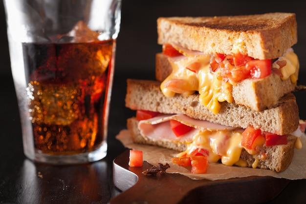 Жареный сэндвич с сыром, ветчиной и помидорами