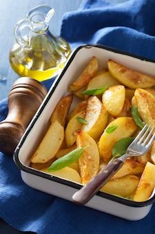 Запеченные картофельные дольки в эмалированной форме для выпечки