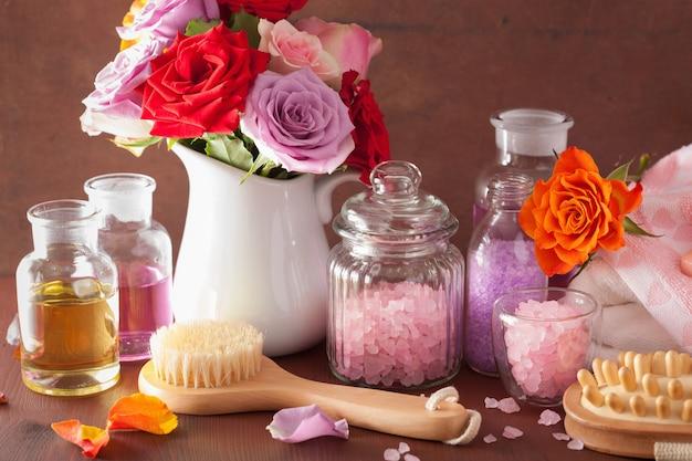 バラの花、エッセンシャルオイル、塩を使ったスパアロマセラピー
