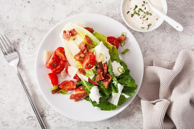 Салат ромейн с беконом, помидорами, пармезаном, соусом. здоровый кето палео диета обед