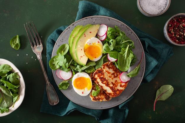 Здоровый кето палео диета завтрак: вареное яйцо, авокадо, сыр халлуми, листья салата
