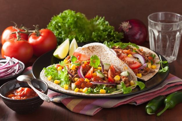 牛肉のトマトサルサオニオンコーンとメキシコのタコス