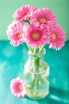 花瓶に美しいピンクのガーベラの花の花束