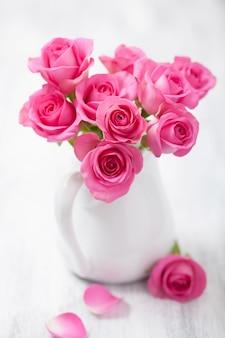 花瓶に美しいピンクのバラの花束