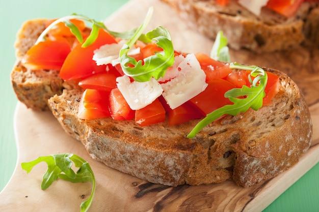 イタリアのブルスケッタとトマトのパルメザンルコラ