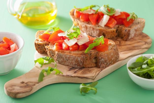 イタリアのブルスケッタとトマトのパルメザンルッコラ