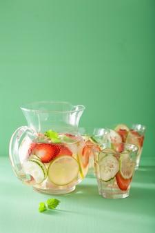 イチゴきゅうりライムの瓶とグラスでさわやかな夏の飲み物