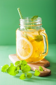 石工の瓶にレモンとメリッサのアイスティー
