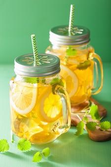 レモンとメリッサの石工の瓶入りアイスティー