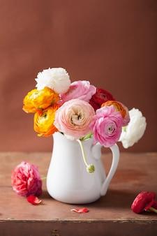 花瓶に美しいラナンキュラスの花
