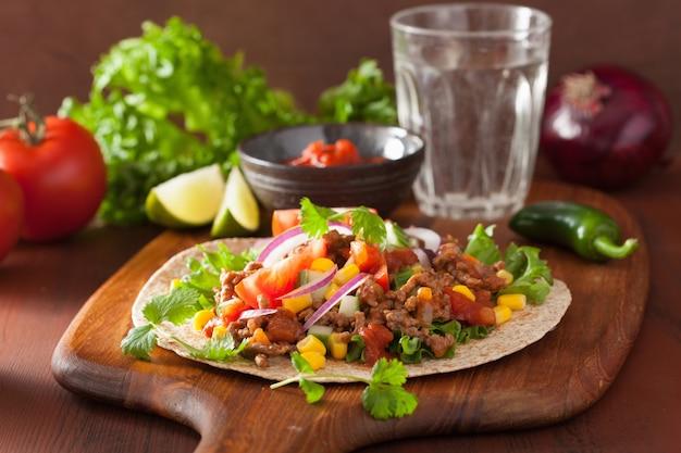 Мексиканский тако с говядиной томатный саласа луковая кукуруза