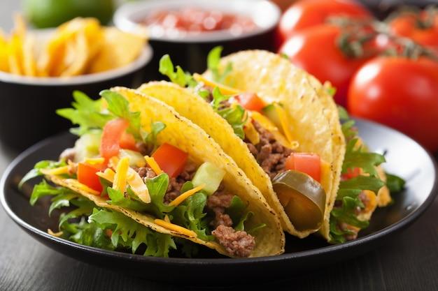 牛肉と野菜のメキシコのタコスの殻