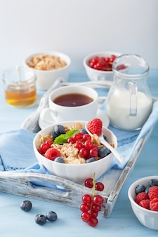 コーンフレークとベリーの健康的な朝食