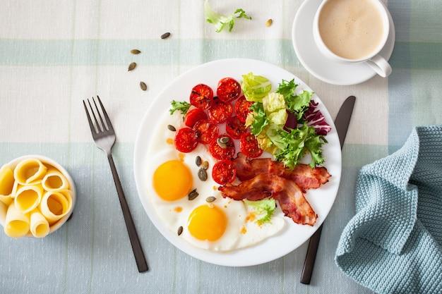 Здоровый кето диета завтрак: яйцо, помидоры, листья салата и бекон