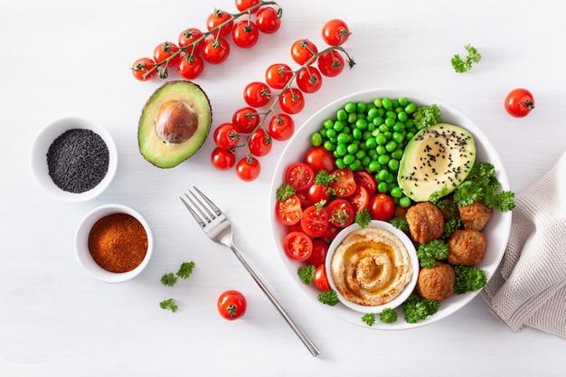 Здоровый веганский ланч с фалафель хумус томатный авокадо горох