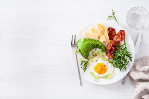健康的なケト朝食:卵、アボカド、チーズ、ベーコン