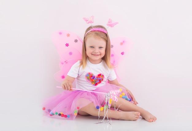Маленькая девочка играет в сказочном костюме