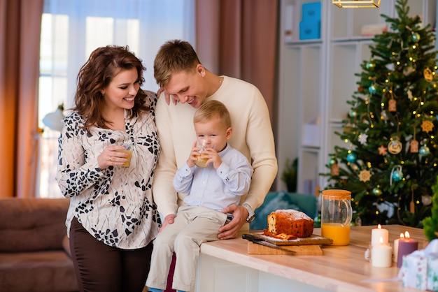 ママ、パパ、息子は台所で笑っています。