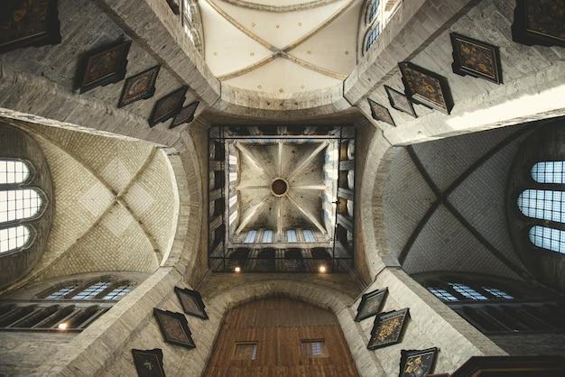 ヨーロッパのゴシック様式の教会の内部ビュー