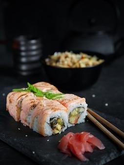 暗い背景に寿司セット