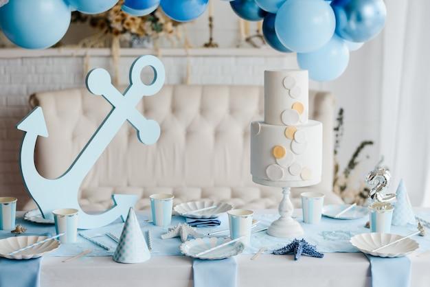 青い色の子供たちのパーティーのための紙のエレガントな食器で誕生日テーブルを準備しました。ベビーシャワーの日、海のコンセプト