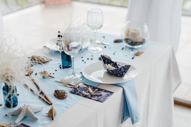 青い色の子供たちのパーティーのための紙のエレガントな食器で誕生日テーブルを準備しました。ベビーシャワーの日。セレクティブフォーカス