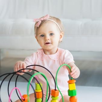 Детская девочка играет с образовательной логической игрушкой