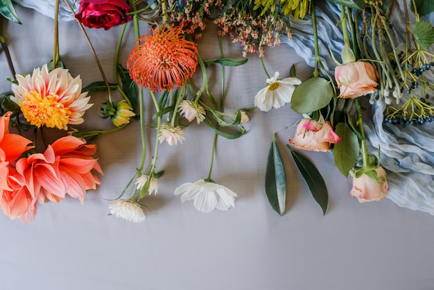 Хороший цветочный фон с светло-розовыми цветами сладкого гороха и тюльпанов. подготовка букета.