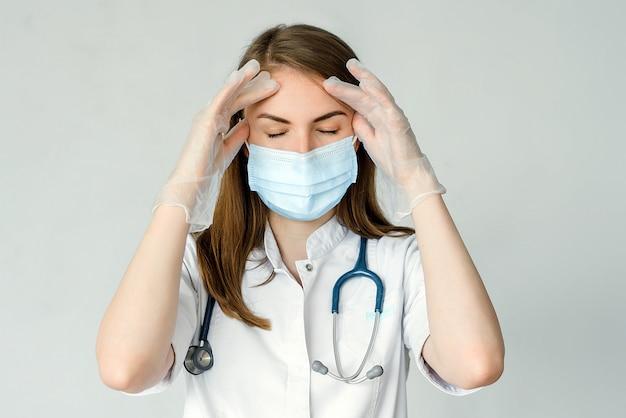 クリニックで頭痛に苦しんでいる女性医師の肖像画