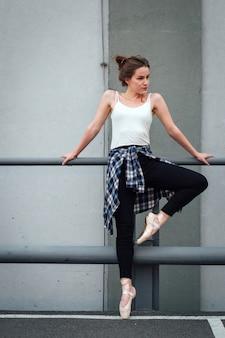 Красивая девушка танцор практикующих.