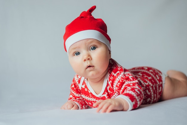 白のクリスマスの衣装で美しい幼児の赤ちゃん。