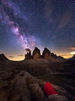 ドロミテの星空の下でのキャンプ