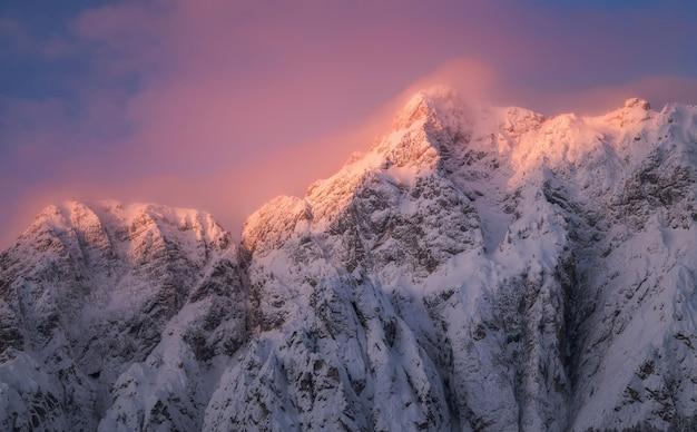新鮮な雪で覆われた山の日の出