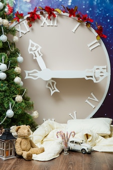 クリスマスツリーの装飾で飾られた新年の人工の大きな時間