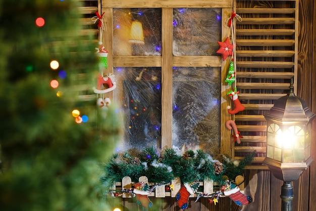雰囲気のあるクリスマスの窓枠の装飾