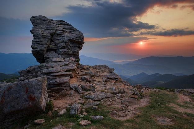 カルパティアウクライナの夕焼け空に岩山の崖